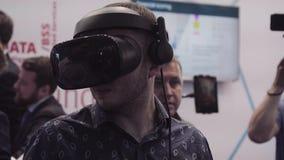 人尝试虚拟现实VR耳机 虚拟现实博览会,在会议中心 影视素材
