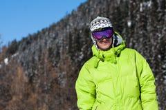 人屏蔽滑雪微笑的年轻人 库存照片