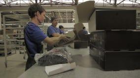 年轻人工作者包装现代完成的被带领的灯 影视素材