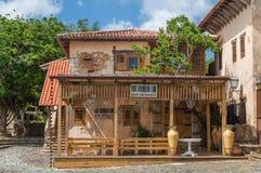 人工地被再创的中世纪大厦, 15世纪的西班牙村庄的一个确切的拷贝 免版税库存照片