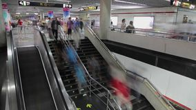 人巨大的人群时间间隔走在上海,中国的  地铁 影视素材