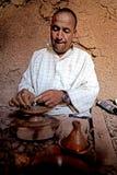 人巴巴里人,当工作与一台车床的瓦器在一个村庄在摩洛哥时 免版税库存图片