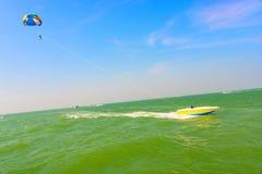 人帆伞运动和快艇 免版税库存图片