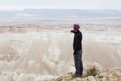 人常设沙漠山边缘 免版税库存照片