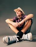 人帽子微笑的运动鞋 免版税图库摄影
