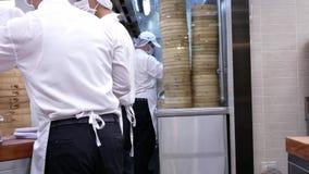 人平底锅射击揉面团并且塑造它以他们的手做饺子 影视素材