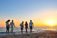 人庆祝海滩党暑假假期概念 免版税库存照片