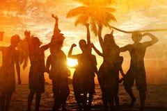 人庆祝海滩党暑假假期概念 库存图片