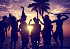 人庆祝海滩党暑假假期概念 免版税库存图片