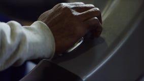 人开关特写镜头加速杠杆 人的手几次按杠杆交换在汽车的速度 股票录像