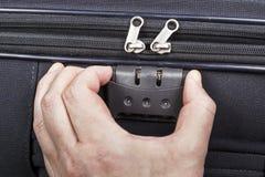 人开张在手提箱的计算的锁定 图库摄影