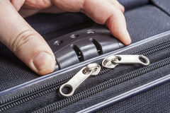 人开张在手提箱的计算的锁定 库存图片