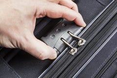 人开张在手提箱的计算的锁定 免版税库存图片