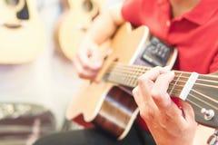 人弹吉他 库存图片