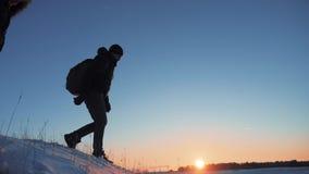 人徒步旅行者游人滑倒秋天来自下来登山人攀登在山的上面 人剪影商务旅游 股票视频