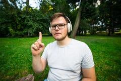 人得到idia,当坐在公园时 免版税图库摄影