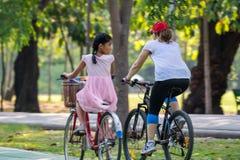 人循环的自行车在锻炼的公园 免版税图库摄影