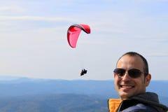 人微笑和降伞 免版税库存照片