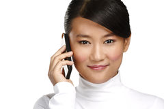 年轻人微笑的亚裔女商人叫与手机 免版税库存图片