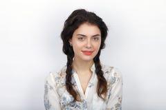 年轻人微笑的新鲜的看起来的深色的妇女秀丽画象有长的棕色健康卷曲结辨的头发的 情感和面部expre 免版税图库摄影
