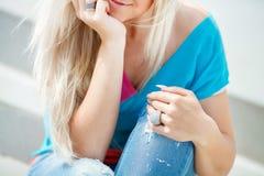 年轻人微笑的美丽的金发碧眼的女人的画象 免版税库存图片
