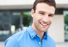 年轻人微笑 免版税库存图片