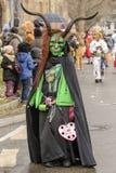 令人恐惧的绿色恶魔面具长的垫铁在狂欢节队伍, Stut的 库存照片