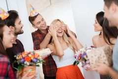 人惊奇为女孩` s生日做准备 他用人工闭上了她的眼睛 人微笑并且带领女孩a 图库摄影