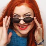 年轻人惊奇的妇女佩带的太阳镜 库存照片