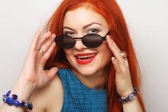 年轻人惊奇的妇女佩带的太阳镜 免版税库存图片