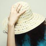 年轻人惊奇的妇女佩带的帽子和太阳镜 免版税库存图片