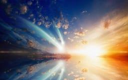 令人惊讶的发光的日落,与长尾巴的两落的彗星 免版税库存图片