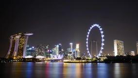 令人惊讶的4k时间间隔视图在明亮的夜由海洋新加坡地平线都市风景全景点燃大城市的照明 股票录像