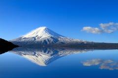 令人惊讶的Mt 富士,有反射的日本在L的水 图库摄影