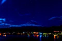 令人惊讶的Mt 富士,有星的日本在湖Kawaguc的天空 免版税图库摄影