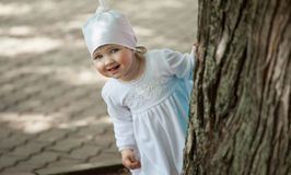 令人愉快的小女孩嬉戏在公园 库存图片