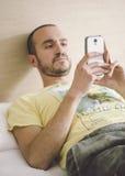年轻人感人的流动屏幕画象  免版税库存照片
