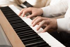 人戏剧的手在钢琴的 免版税库存图片