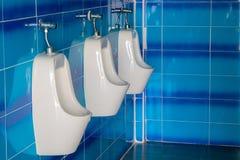 人或人洗手间室小便的 库存图片