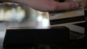 人或侍者柜台的与钱柜工作在餐馆 影视素材