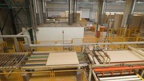 人或工作者控制纤维板,碎料板的制造或生产 生产线、车间或者传动机为 影视素材