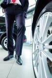 年轻人或汽车经销商在售车行中 库存图片