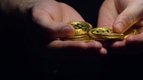 人手举行和接触新的Bitcoin模型特写镜头 股票录像