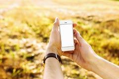 人手举行和触摸屏巧妙的电话 免版税库存照片