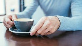 人手举行杯子咖啡咖啡因瘾习性 免版税库存照片