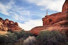 年轻人手倒立在沙漠 免版税库存图片