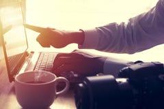 人手在屏幕上使用膝上型计算机并且指向 在h的软的焦点 免版税图库摄影