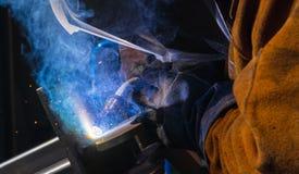 人手工氩弧焊钢有精采明亮的白色星的塑象板材破裂了绽放 图库摄影