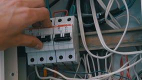 人手打开和关上电力量在盘区的保险丝电路 影视素材