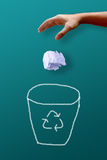 人手投掷的wastepaper对回收站 免版税图库摄影